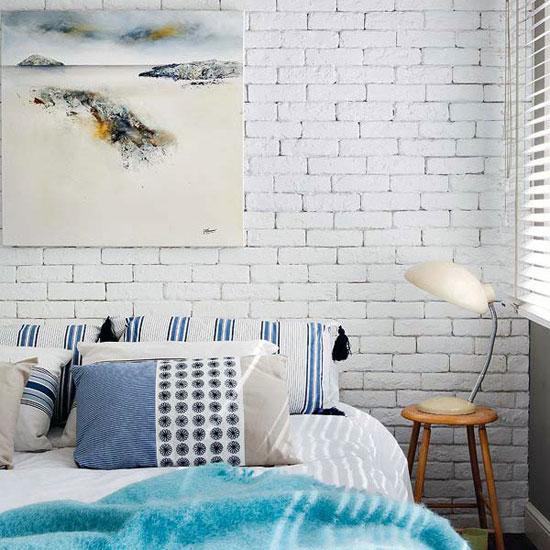 Белая кирпичная стена в интерьере спальни, гостиной, кухни
