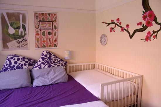 Дизайн спальни с детской кроваткой: фото