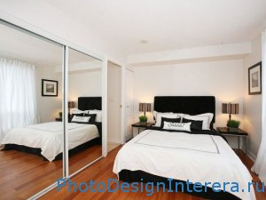 Красивый дизайн маленькой спальни с большим зеркалом в шкафу фото