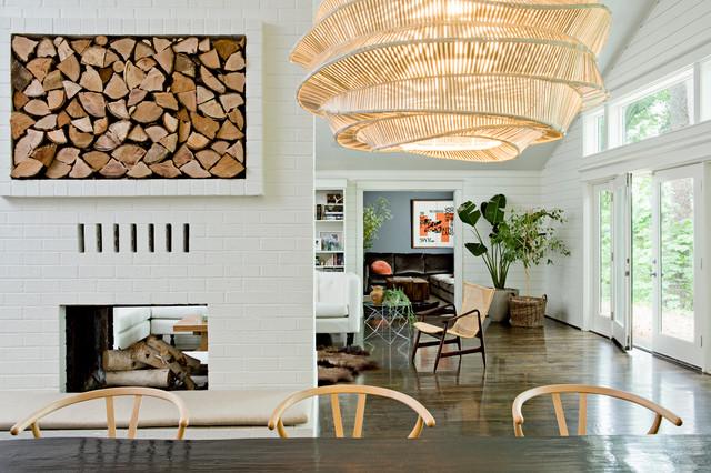 Украшение интерьера комнаты поленницей для дров
