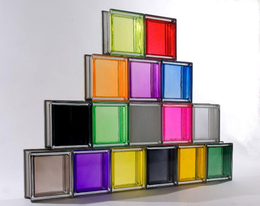 Стена из стеклоблоков в интерьере гостиной, спальни, кухни: фото